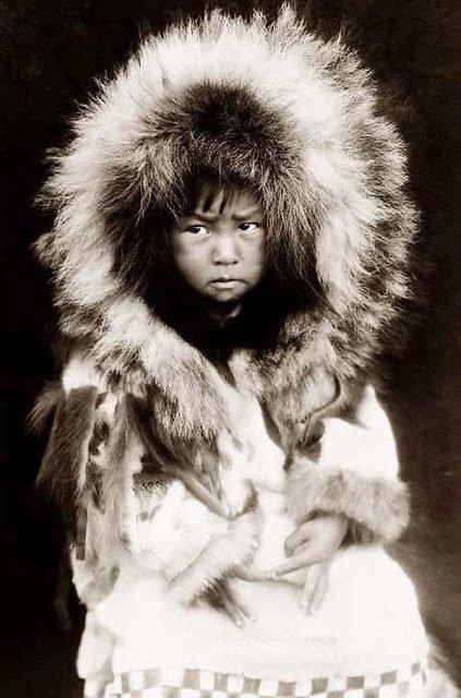 Những bức ảnh hiếm hoi kể về cuộc sống kì lạ nơi tận cùng trái đất của tộc người Eskimo