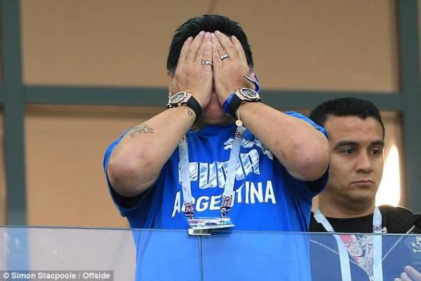 Huyền thoại Diego Maradona ôm đầu khóc nghẹn khi chứng kiến đội nhà thất bại thảm hại