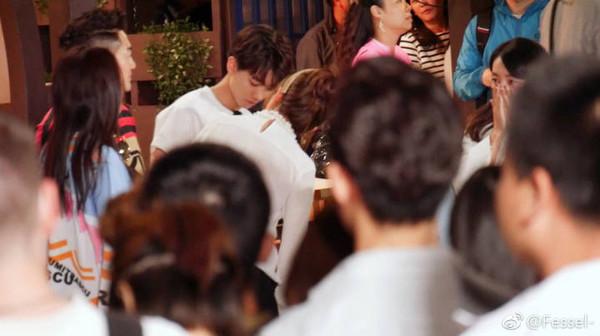 Khoảnh khắc đáng yêu giữa 2 thế hệ sao Hoa ngữ: Vương Tuấn Khải khóc, Triệu Vy dỗ dành
