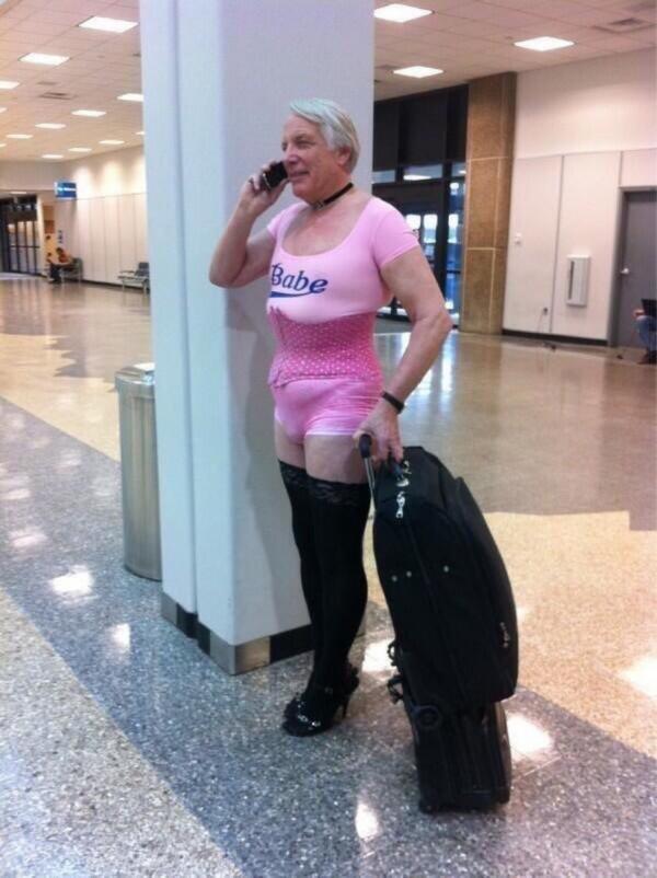 Đến sân bay mà gặp được những cảnh 'cười té ghế' này thì delay mấy giờ cũng chịu