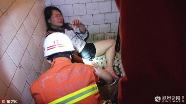 Rượu chè quá đà, một chị gái 'thọt nhẹ' chân vào hố xí phải huy động lực lượng cứu hoả đến giải cứu
