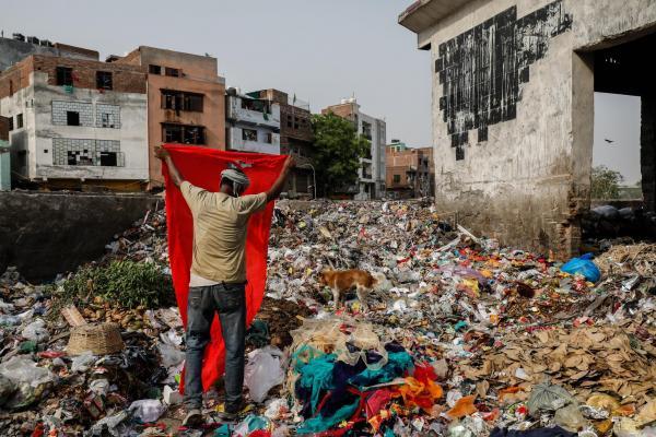 'Sống trong sợ hãi' - Thảm cảnh của người dân Ấn Độ dưới chân núi rác cao bằng toà nhà 17 tầng