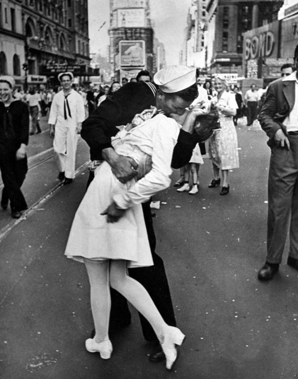 Tình yêu thời chiến cuồng nhiệt và mộng mơ qua những bức ảnh trắng đen
