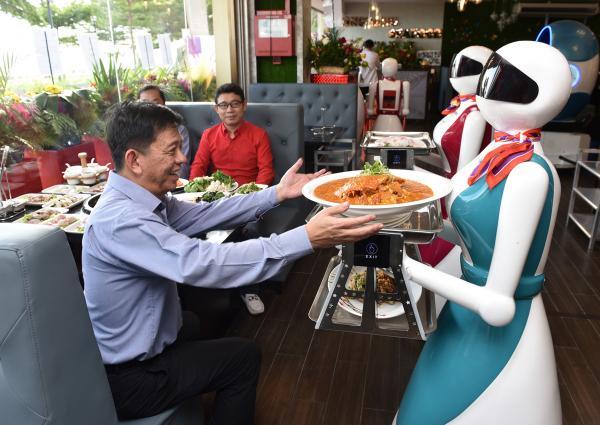 Nhà hàng Trung quốc cho robot phục vụ thay người, thùng rác ngay bên dưới bàn ăn