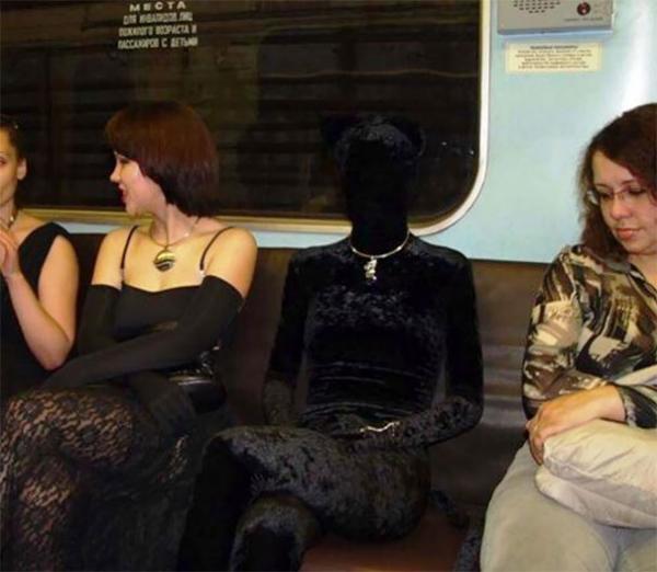 Tàu điện ngầm là một thế giới thu nhỏ, nơi mọi điều kỳ lạ đều có thể xảy ra