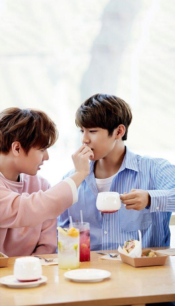 Những khoảnh khắc 'tình như cái bình' của 8 cặp bromance nổi tiếng trong Wanna One
