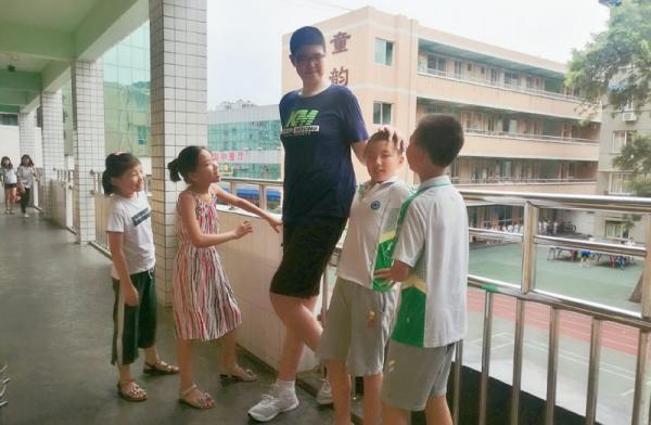 11 tuổi đã cao hơn 2 mét, đúng là 'người ăn không hết, kẻ lần không ra'