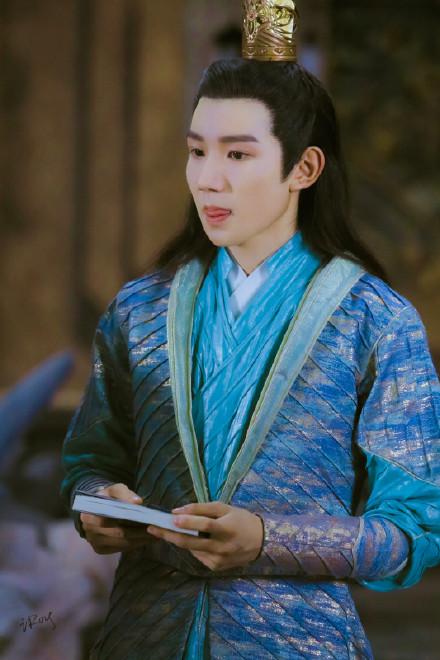 Vương Nguyên mắc cỡ đến đỏ ửng tai khi được hỏi về cảnh tình cảm trong phim mới