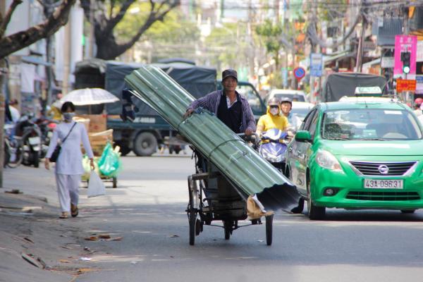 Tai nạn đường phố không hy hữu: 'Kỵ sĩ' xe máy gục ngã dưới 'đường thương' của 'ninja' xe đạp