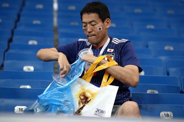 Vừa khóc vừa dọn rác, cổ động viên Nhật khiến quốc tế mến phục và gọi là 'Niềm tự hào châu Á'