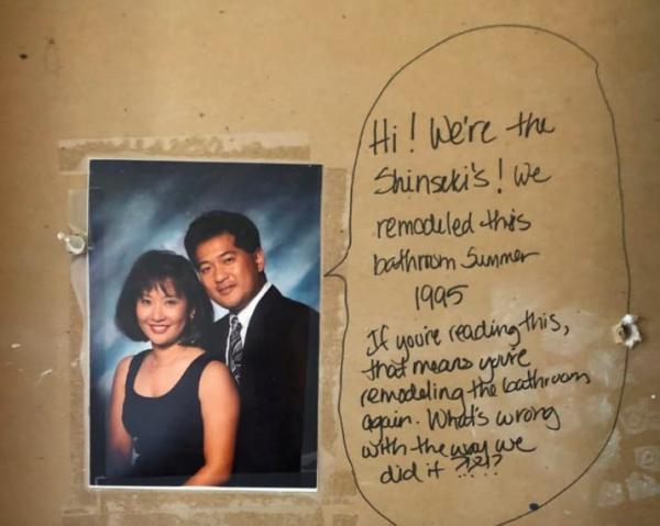 Cặp vợ chồng phát hiện lời nhắn kỳ lạ từ chủ hộ cũ trước khi sửa sang lại phòng tắm