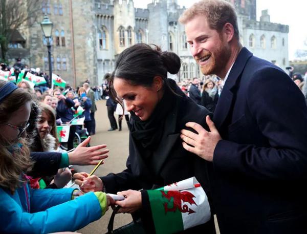 Vì sao Hoàng tử Harry - Meghan Markle tình tứ mọi nơi nhưng lại không dám nắm tay trước mặt Nữ hoàng Elizabeth?