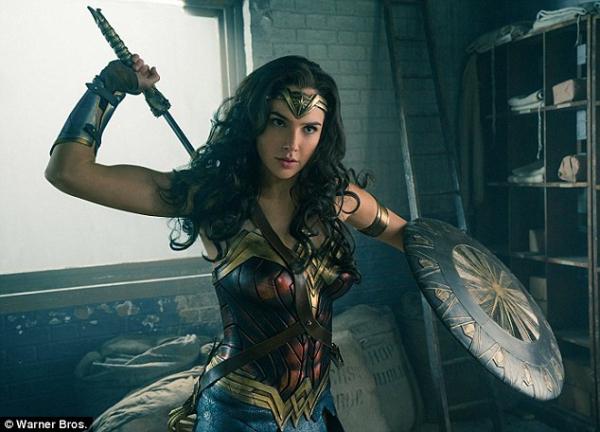 'Wonder Woman' Gal Gadot mặc trang phục siêu anh hùng đến thăm bệnh viện nhi