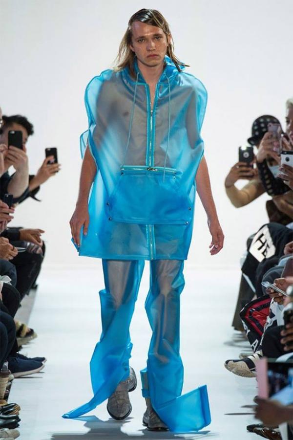 Thời trang 'bốt hai đầu' khiến người ta muốn trả ngay đĩa bay cho nhà thiết kế