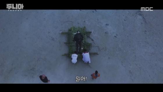 Bị đụng trúng chỗ nhạy cảm lúc đang giả chết, đây là phản ứng tự vệ siêu hài của Yunho (TVXQ)