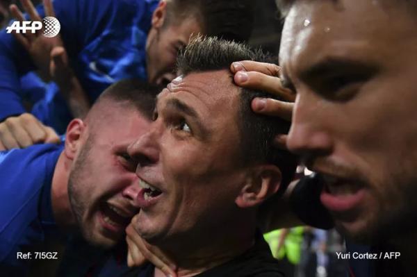 Dù bị các cầu thủ Croatia 'vùi dập', nhiếp ảnh gia World Cup vẫn tác nghiệp miệt mài