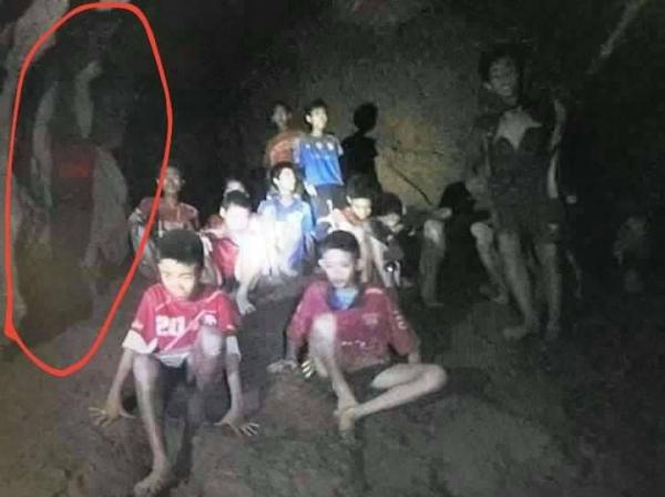 Dân Thái hoang mang trước những tấm ảnh ma ở hang động đội bóng nhí bị mắc kẹt