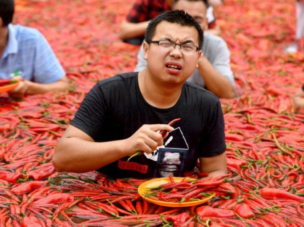 Thi ăn ớt trong thời tiết nóng cực độ ở Trung Quốc, quán quân 'xơi' hết 50 trái chỉ mất 68 giây