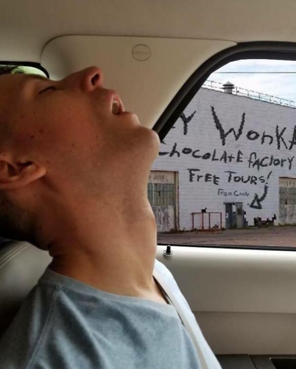 Bạn gái nhờ cư dân mạng Photoshop chọc ghẹo anh người yêu ngủ gật trên xe