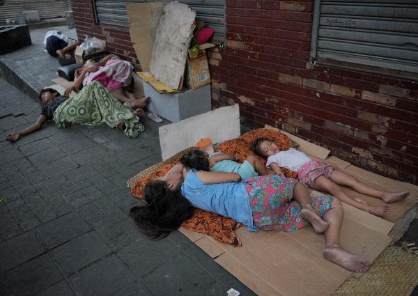 Dù vô gia cư, em nhỏ vẫn quyết tâm đội cả trời mưa to để làm bài tập về nhà