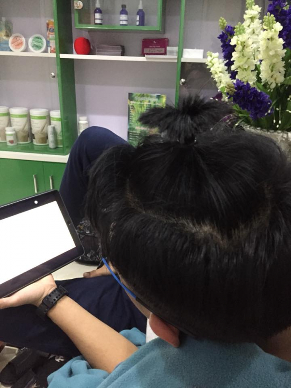 Chồng chỉ có vài cọng tóc mà vợ cũng sáng tạo được hẳn 1001 kiểu đổi mới mỗi ngày