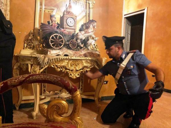 Cảnh tượng lóa mắt bên trong biệt thự dát vàng của thành viên băng đảng Casamonica khét tiếng ở Ý