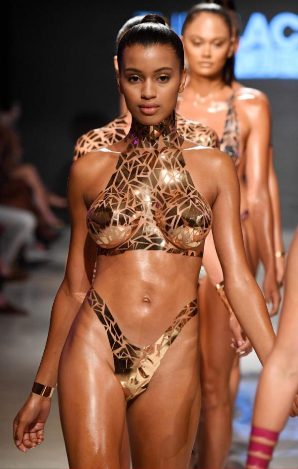 Bikini làm từ... băng keo: Mốt mới của mùa hè chỉ dám mặc mà không dám cởi