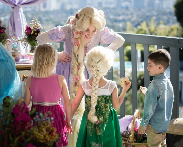 Trở thành công chúa Disney: Công việc ngoài đời thật không hề 'hồng' như trong cổ tích