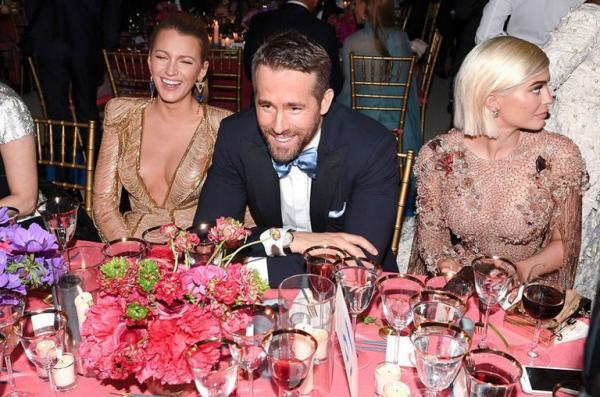 9 cuộc gặp gỡ khó xử khiến sao Hollywood xấu hổ, không biết giấu mặt vào đâu