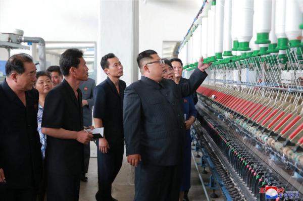 Kim Jong Un 'vi hành': Nhà máy xà phòng, nông trại cá và những chiếc balo màu hồng