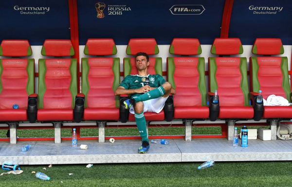 Những khoảnh khắc 'ăn bóng đá, ngủ bóng đá' khiến cổ động viên chỉ muốn World Cup đừng hết nhanh thế