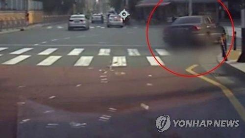 Một chị gái Hàn Quốc vừa chạy xe vừa ném 15 triệu won qua cửa sổ vì 'giàu quá thì chị vứt bớt thôi'
