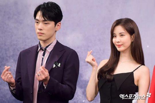 Mỹ nam 'School 2017' bị chỉ trích thậm tệ vì vẻ mặt cau có và cách hành xử thô lỗ với Seohyun trong buổi họp báo