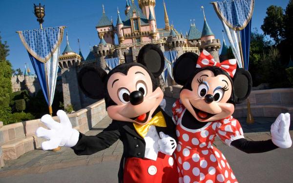 Vì sao nhân viên Disneyland không được dùng một ngón tay để chỉ dẫn khách tham quan?