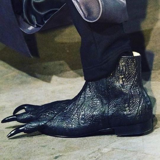 Phong cách  xài giày của các 'thánh hoàn cảnh' và 'thánh chế' lầy lội mức nào?
