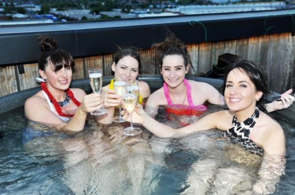 Giải khát mùa hè với 'rạp chiếu phim bồn tắm' đầu tiên của Nhật Bản tại rooftop Shibuya 109