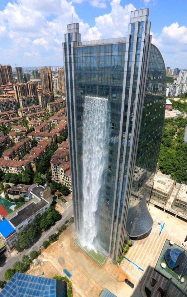 Cảnh tượng ngoạn mục của thác nước cao hơn trăm mét giữa toà nhà chọc trời ở Trung Quốc