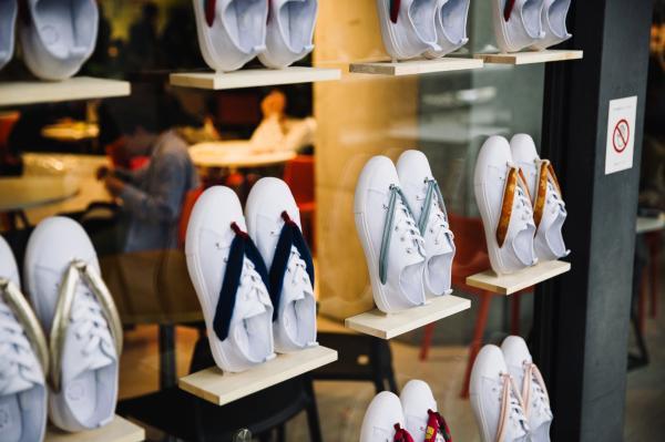 Giày sneaker 'lai' dép gỗ Nhật Bản đang 'làm mưa làm gió' trên các trang bán hàng trực tuyến