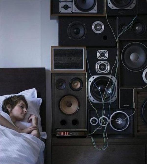 Phải tuyệt vọng lắm các 'thánh ngủ nướng' mới dùng đến những cách này để thức dậy