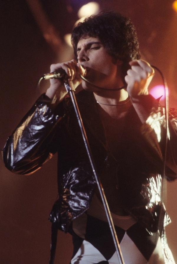 Cuộc tình đồng tính bí ẩn và ngọt ngào của huyền thoại Freddie Mercury (Queen)
