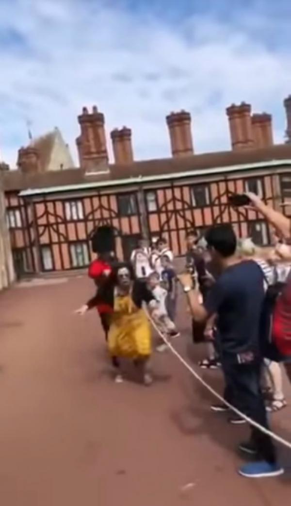 Nữ du khách Trung Quốc bị lính gác Hoàng gia Anh đẩy suýt ngã vì dám đứng cản đường diễu hành