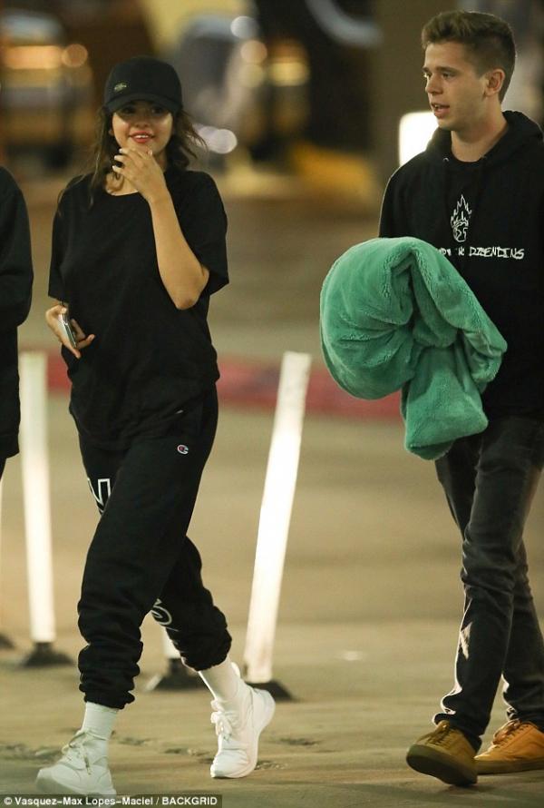 Justin Bieber hạnh phúc hôn Hailey Baldwin, Selena Gomez cũng vui bên tình mới?