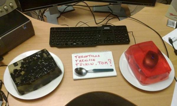 'Cười té ghế' với những trò đùa bá đạo của dân văn phòng