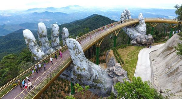 Báo chí nước ngoài liên tục đưa tin khen ngợi Cầu Vàng tại Bà Nà Hills 'đẹp như trong phim'