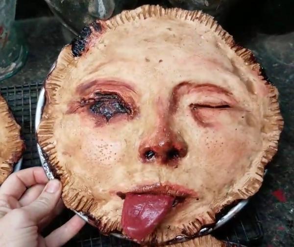 Bánh treo tường hình mặt người đáng sợ, chỉ nhìn cũng đã nuốt không trôi