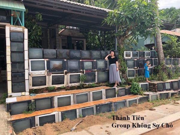 Đẳng cấp của 'nhà không có gì ngoài điều kiện' là làm hàng rào bằng... tivi