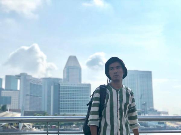 Thanh niên mặc áo tù vi vu Singapore khiến cộng đồng mạng không biết nên cười hay mếu
