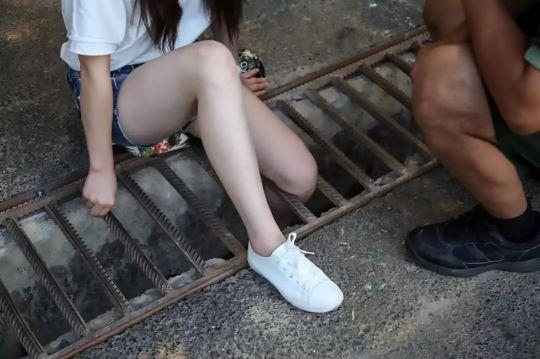 Sở hữu đôi chân quá thon, thiếu nữ phải kêu cứu vì kẹt chân dưới nắp cống thoát nước