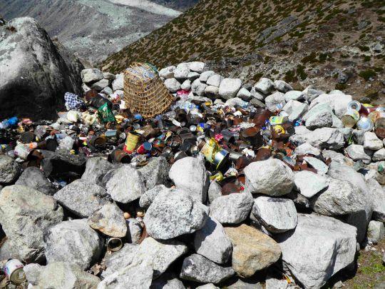 Sự thật gây sốc: Nóc nhà trái đất - đỉnh núi Everest cũng không thoát khỏi cảnh rác thải 'xâm chiếm'