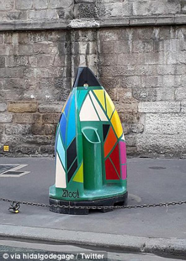Bồn tiểu công cộng đỏ chói tại Paris bị phản đối dữ dội vì làm mất nét đẹp cổ kính ở đây